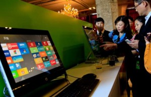 epa03443289 Guests try out the Microsoft Windows 8 operation system on touchable screens of desktop computers during the preview show of the new operation system and tablet computer Surface in Shanghai, China, 23 October 2012. It is the first event of a series of global celebration of the new operation system, which will be officially globally available on 26 October. EPA/AN TU CHINA OUT
